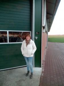Janet bij de stal